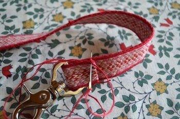 これは、また意外なアイデア。丈夫なカード織りならではの使い方ですね。愛犬とのお散歩に欠かせないリードを手作りしてみませんか?  (画像:©️いとだま)