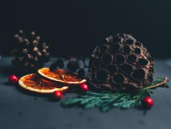 ぐっと気温が下がって冬の気配がしてきました。そろそろ気分はクリスマス!という方もいらっしゃるのではないでしょうか。今回は、手作りの温もりが素敵なハンドメイド作家さんたちのクリスマスアイテムをご紹介していきます。