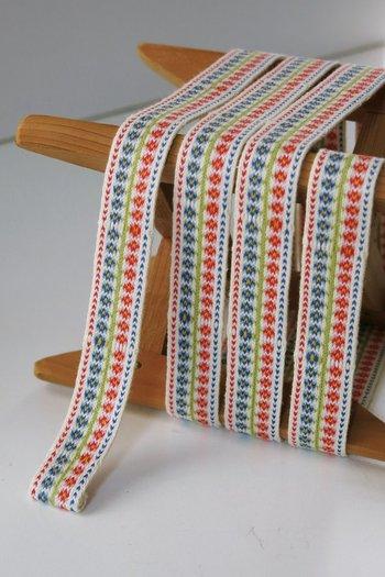 カード織りはとてもお手軽でシンプルですが、織り方・使い方で楽しみ方は無限大です。この秋冬のお籠もり時間はカード織りであなたの世界を織り上げてみてはいかがでしょうか。
