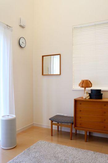 鏡は、ものによっては場所をとってしまうもの。そこで壁に鏡をつければ、部屋が狭くなることもありません。壁のちょっとしたスペースを有効活用しましょう。