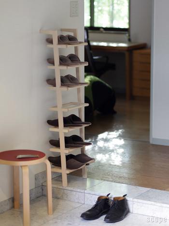 お家の玄関が狭く、靴の収納スペースがなくて困っていたら、壁に靴棚を作るのも手です。こちらのように縦長の靴棚を置けば、1足ずつきれいに収納できますし、履きたい靴もすぐ見つかります。移動もできるので、お掃除も楽ですよ!