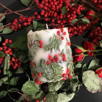 赤い実がかわいい!ペッパーベリーを使ったクリスマスカラーのキャンドル。自然な色と立体感がおしゃれなキャンドルは、無香料なのでテーブルコーディネートにもオススメです。