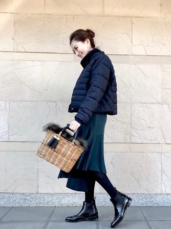 Aラインのショートのダウンに女性らしいフレアースカートを合わせたスタイル。ダウンの裾幅とタイトなフレアースアカートの対比が、大人の女性らしい可愛らしさを演出しています。