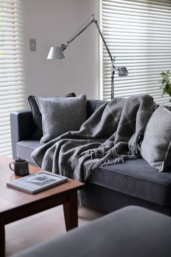 家具の選び方や配置に気をつければ、狭くても広く見せるのはむずかしくありません。ベースがナチュラルで明るいぶん、雑貨は好きな色柄を投入しても大丈夫。メリハリを楽しんでみてくださいね。