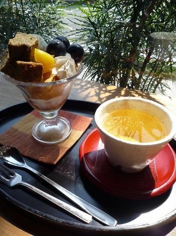 栗やぶどうがのった秋限定のほうじ茶パフェ。ほうじ茶のパウンドケーキに、生クリームがほど良く加わった和と洋を同時に楽しめるスイーツです。他にも季節によって旬の限定メニューが登場するのが楽しみですね。