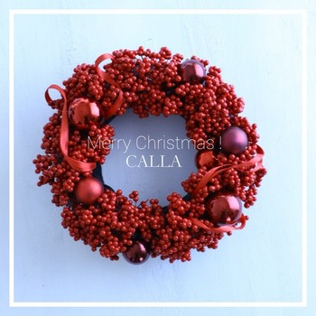 スタンダードなクリスマスカラーのリースもいいれけど、真っ赤なリースはインパクトたっぷり。壁にかけても、テーブルの上に置いて真ん中にキャンドルを立てても素敵です。