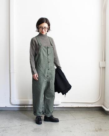 シンプルで上質なモックネックセーターにミリタリーテイストのオールインワンを合わせたカジュアルコーデ。落ち着いた印象のアースカラーでまとめているので、子供っぽい雰囲気にはなりません。ブラックのレザーシューズでさらにコーデ全体をきりっと引き締めて。