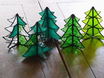 窓辺やクリスマスコーナーにちょこんと置きたいステンドグラスのクリスマスツリー。アンティークな雰囲気のガラスが、とてもかわいいと人気のアイテム。