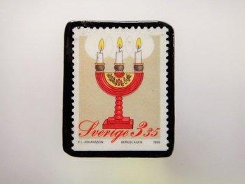 スウェーデンのヴィンテージ切手でつくられた、ほっこりとかわいらしいブローチ。小さな贈り物としてプレゼントにも喜ばれそう♪他にも、さまざまな切手のブローチがあるので覗いてみてくださいね。