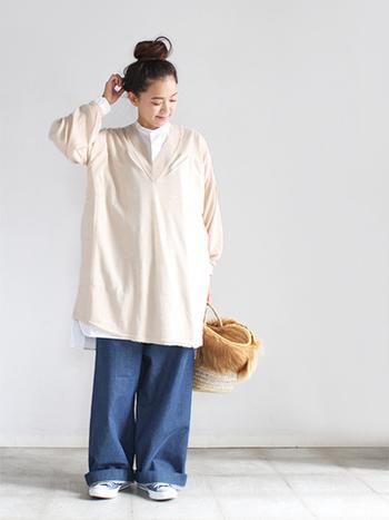 深めのVネック&ロング丈のセーターにワイドデニムとかごバッグを合わせたリラックスムードたっぷりのコーディネート。上下ともにルーズなアイテムながらも、どことなく品の良さが漂うのは中に着た真っ白のブラウスのおかげ。コーデがボリューミーなシルエットのときはヘアスタイルはコンパクトにまとめるとバランス良くまとまります。
