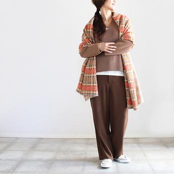女性らしいVネックのセーターを主役に、全体をブラウン系でまとめた柔らかくて女性らしい雰囲気のワントーンコーデ。チェック柄の大判ストールも同系色のものをセレクトすれば、コーデにすんなりと馴染んでくれます。ぼやっとした印象になりがちなワントーンコーデですが、セーターの下に真っ白のカットソーを着るとメリハリが生まれて◎。