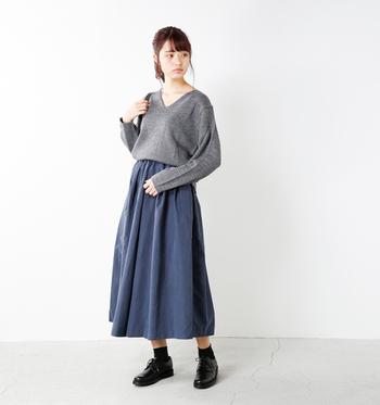 ざっくりしたVネックニットにふんわりとしたロングスカートを合わせたシンプルなガーリーコーデ。グレー×くすみがかったブルーの組み合わせが、甘すぎない大人の可愛らしさをつくっています。ニットの裾をインしたトレンド感ある着こなしは、脚長効果も期待できるからおすすめ◎。