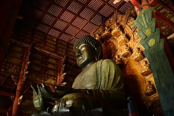 """""""世界を照らす仏""""という意味を持つ「盧舎那仏」。右手は慈悲を、左手は宇宙の智慧(ちえ)をあらわしています。思いやりの心で人々がつながり、絆を深めていくことを願っているのだそう。"""