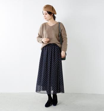 モヘアのようなふんわり毛足の長いニットにドット柄の軽やかなスカートが相性バツグンのコーデ。女性らしい柔らかな雰囲気を存分に楽しめます。ベレー帽もガーリーな雰囲気に良くマッチしています。ブラックのタイツ×シューズで全体を引き締めつつ、コーデにあたたかみをプラスするテクは簡単なのでぜひ参考にしてみてください。