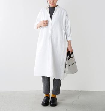 リブコットンを使用したシンプルで肌触りの良いプルオーバーを、真っ白なシャツワンピースのインナーとして使ったコーデ。ニットとパンツをグレーにすることで、膨張して見えがちな白のワンピースもキリッと引き締まった印象に。足元からのぞかせたマスタードイエローの靴下が、クリーンな印象のコーデにあたたかみをプラスしています。