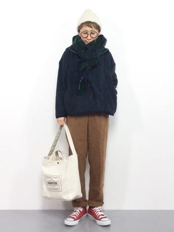 フード付きのジャケットには、首元にフロントノットでシンプルに。前はしっかり締めすぎず、防寒はストールで補うようにまとめるともたつかず縦ラインをキープでき、スタイルも良くまとめられます。