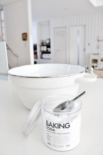 重曹は英語で言うとベーキングソーダです。お菓子作りに使うベーキングパウダーは重曹をベースにしていますが、ほかの素材が混ざっているため、お掃除には使いません。うつわの中に入れられたシルバーのスコップがとてもよく似合っていますね。