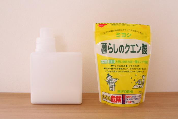 粉で保存できる酸性の洗剤として抜群の使い心地を誇るクエン酸。水あかや石鹸かすといったアルカリ性の汚れを落とすのが得意です。水回りのカルシウム分などが固まった白い汚れなどに効果があります。