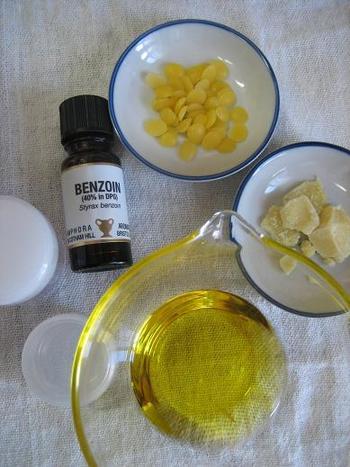 【材料】 ・ホホバオイル ・ミツロウ ・好きな香りのエッセンシャル・オイル  用意するのは以上の3点だけ。
