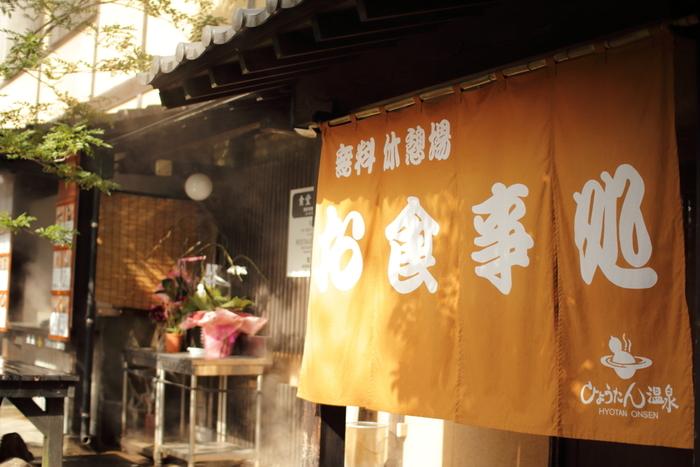 大正11年から続く温泉複合施設として、日本で唯一ミシュラン三ッ星を獲得した「ひょうたん温泉」。こちらでは、別府エリアに点在する11に分類される泉質のうち、10種類の湯を楽しむことができます。
