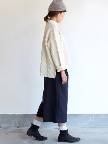 トレンドのオーバーサイズな着こなしが叶うゆったりニットには、タイトめなスカートを合わせるとバランス良い仕上がりに。ニットの袖をまくって手首を見せたり、スカートと靴下の間から少し肌をのぞかせたりして適度に抜け感を出すと、リラックスした着こなしに女性らしさと大人っぽさが加わります。