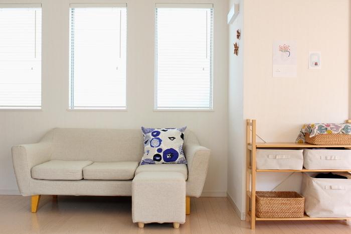 白が強めのベージュ系ソファに、ブルー×ホワイトのクッションを一つ置いています。大きめのクッションを一つ置くだけでも、程よいアクセントになりますね。