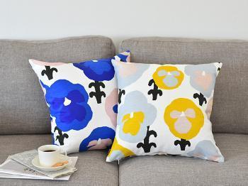 テキスタイルデザインが人気のブランド「kauniste(カウニステ)」のクッションカバーです。青と黄色のパンジー柄が大胆にデザインされ、空間のアクセントになってくれます。