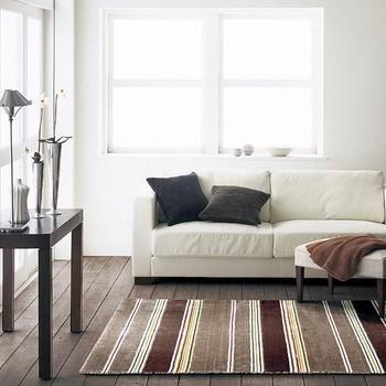 白色のソファに、あえて反対色のダークトーンのクッションを。ブラウン×ホワイト系にまとめられたお部屋なので、クッションカバーが良いつなぎ役になってくれていますね。