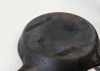 お鍋やフライパンが錆びてしまったら、重曹で磨くとあっという間にきれいになります。重曹の入ったお湯につけておいても効果があります。
