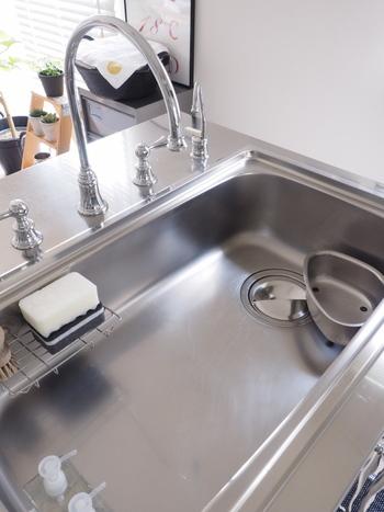 水道水に含まれるカルシウム分が白く残ってしまうのを予防するために、クエン酸を水に溶かしたものをスプレーして、軽くこすってから流しておけば安心です。