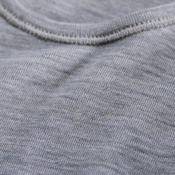 肌触りの良さと保温効果と吸水効果をともに兼ね備えているため、一年中通して着ることができます。蒸れにくく防臭効果もあるため、アウトドアウエアのインナーとしても好んで使われる素材です。