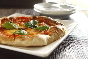 おうちでもフライパンと魚焼きグリルを使って本格的なピッツアが焼けますよ!生地から手作りに挑戦してみましょう。