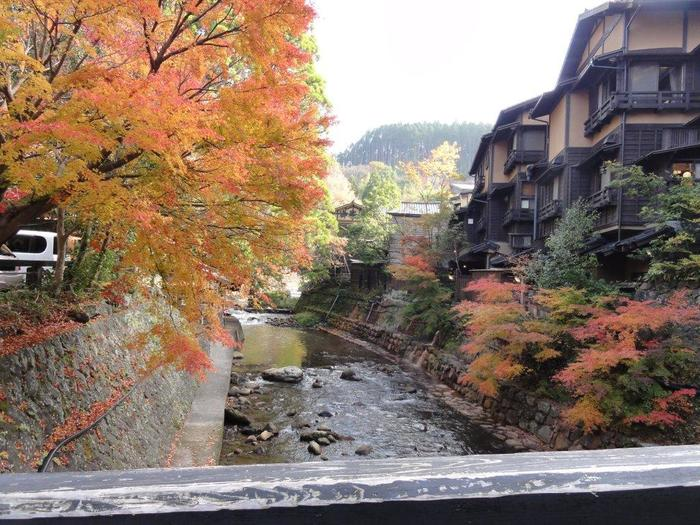 """最後にご紹介するのは、熊本県阿蘇郡にある「黒川温泉」。熊本市から車で1時間30分、田の原川の渓谷沿いにあって""""秘湯""""と呼ばれることもある温泉街です。山に囲まれた素朴な雰囲気ですが、多くのひとが訪れる魅力がたっぷり♪"""