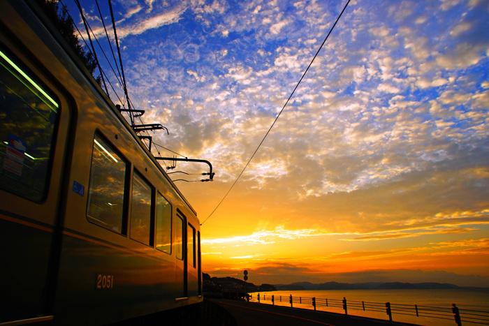 都心から約一時間で訪れることができる古都鎌倉。せっかく鎌倉に着たら江ノ電をくまなく使って色々散策しない手はありません。日々の疲れも雄大な夕日を見ればふっとびますよ。そしてお土産を買い忘れても大丈夫。江ノ電鎌倉駅で、豊島屋の鳩サブレや鎌倉コロッケなどお土産もうっています!鎌倉から藤沢まで江ノ電に揺られながら贅沢な時間を過ごしてみてくださいね。