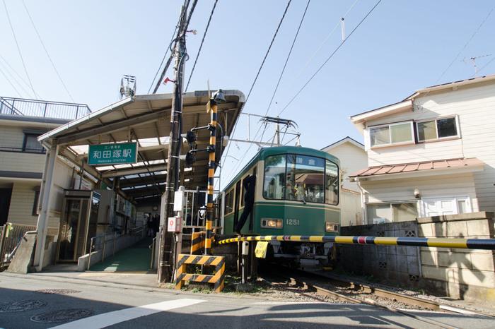 鎌倉から1つ目の駅「和田塚」。和田塚には、たくさんの仕掛け絵本を取り扱う「メッゲンドルファー」、元銀行の建物を生かした大人のBar「THE BANK」、そして線路と逆側の由比ヶ浜通りには、たくさんのコーヒーショップや、わらびもちでお馴染みの「こすず」の喫茶店(お土産も購入できます)があります。