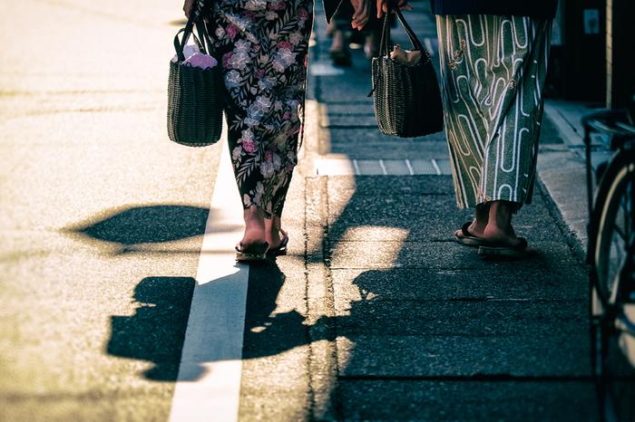 城崎温泉の各旅館では、それぞれ外歩きが楽しくなる素敵なデザインの浴衣が用意されているそう。湯巡りに、食べ歩きに、散策に浴衣のまま出かけてみませんか?