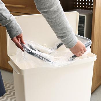 ほんの少しの工夫で、生活感たっぷりだったゴミ箱もすっきりキレイに生まれ変わります。見た目にこだわったゴミ箱は、立派なインテリアの一部。皆さんも「すっきり見せテクニック」を使って、お部屋に馴染むゴミ箱に変身させてみませんか?