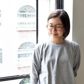 一方、プラスチック系の眼鏡はカジュアルな印象を作るのが得意で、色や柄などで大きくイメージチェンジをはかることができます。  上のお写真と同じ方ですが、ヘアスタイルや服装と合わせて眼鏡も変化させることで、印象がまったく違いますよね。