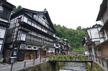 おすすめの旅館は、温泉街の真ん中・銀山川沿いにある宿「古勢起屋別館 」。歴史を感じさせる木造四層構造になった川側の建物、そして山側の建物からなる旅館です。数ある銀山温泉の宿の中でも、昔ながらの風情ある宿の雰囲気を保っています。