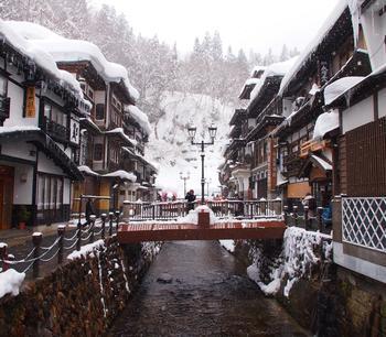 全国に温泉街はたくさんありますが、銀山温泉ほど雪景色が似合うところもないのでは?というほど風情たっぷりの景観を眺めることができます。しんと寒い中で入る温泉もまた、たまりませんよね。