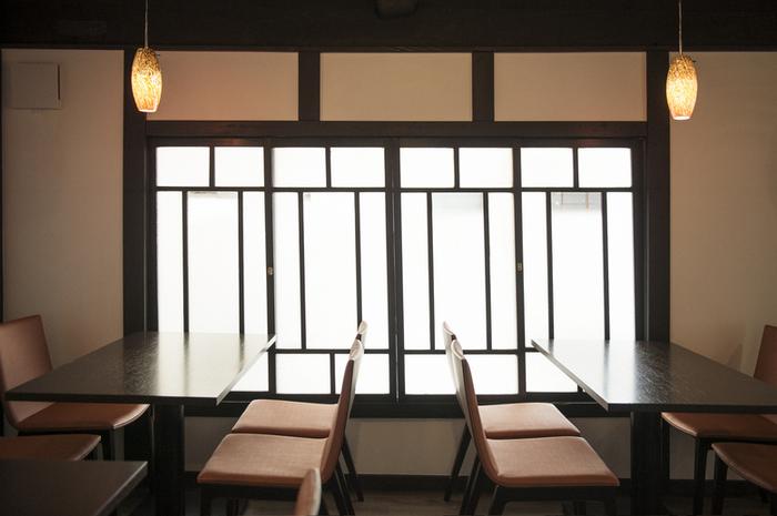1階は、店内で焙煎したきなこや宇治抹茶を使ったスイーツの販売ショップ、2階がカフェになっています。京都の風情が味わえる、モダンな雰囲気のくつろぎの空間で、ほっと癒しの時間を過ごしましょう。
