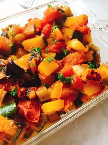 バルサミコ酢を最後に加えるのがポイント。酸味が効いていて食が進みます。こちらもいかにも南イタリアらしい、野菜をたっぷり使うさっぱりとした味わいの料理。冷やして食べてもおいしいので、一度にたくさん煮て作り置きにするのもいいですね。