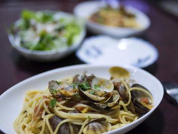 おうちでもあさりの旨みを楽しめる「ボンゴレビアンコ」。白ワインでじっくりと蒸しただしとパスタ麺を絡めたシンプルな料理です。アサリの美味しい時期に食べたいですね♪