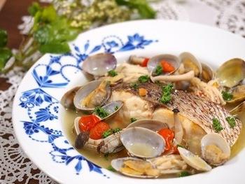 魚の切り身で手軽に作ることができ、たっぷりの白ワインを使った大人な味わいを楽しめます。