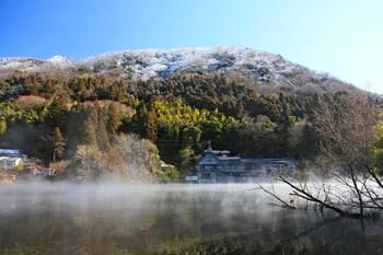 湯の坪街道を通って徒歩約30分程で、由布院観光地の代表の一つ「金鱗湖」に到着。湖底から温泉が湧いていると言われ、冬の早朝には湖面から湯気が立ち上る光景を見ることができます。