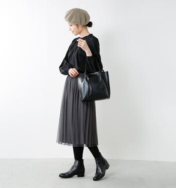クラシックな雰囲気の洋服からカジュアルなコーディネートまで対応できる幅広さも魅力。1足あればマルチに履きこなせますね。