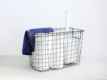 見せる収納におすすめのワイヤーバスケットは、トイレットペーパーも入れるだけでおしゃれに見えるから不思議。fogのマガジンバスケットはアンティーク風で置き場所も入れるものも選びません♪