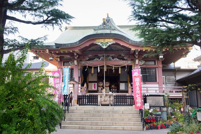 待乳山聖天から徒歩5分の今戸神社(いまどじんじゃ)は、縁結びのご利益があり、招き猫発祥の地でもあります。