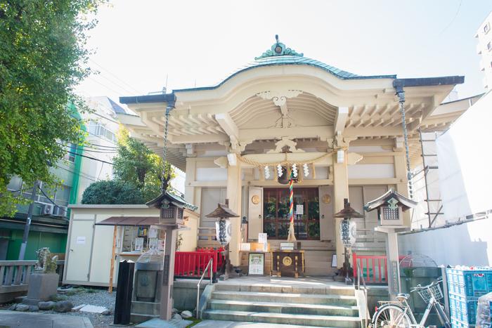 同じく「福禄寿」が祀られる矢先稲荷神社(やさきいなりじんじゃ)は、かっぱ橋道具街通りを脇に入ったところにあります。拝殿の天井に敷き詰められた100枚の絵は必見です。