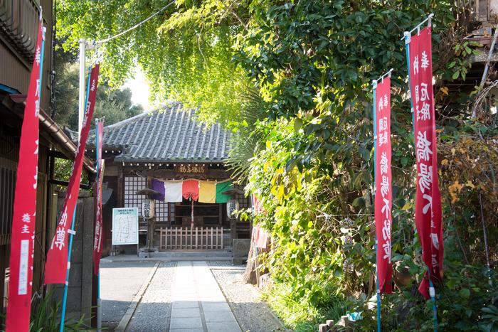 今戸神社から徒歩20分の橋場不動尊(はしばふどうそん)。本堂は弘化2年(1845)建立という、歴史のあるお寺です。奥まったところにひっそりとある、落ち着いた雰囲気が素敵です。